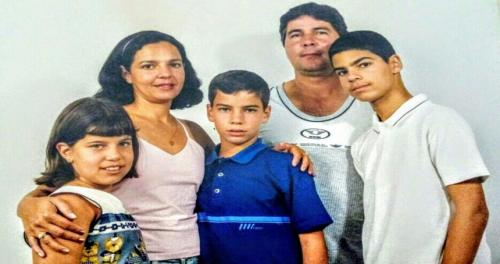 Vivian (Irmã) - Vilma (mãe) – Tiago - Ernani (pai) - Rodrigo (irmão)